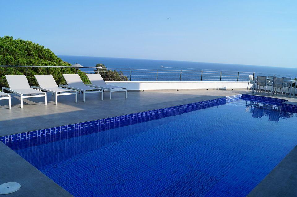 Sehr ruhig gelegene villa mit herrlicher meeressicht zur for Hoteles en iquitos con piscina