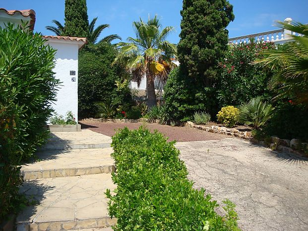 Villa for rent with private parking and garden in Cala Canyelles (Lloret de Mar)