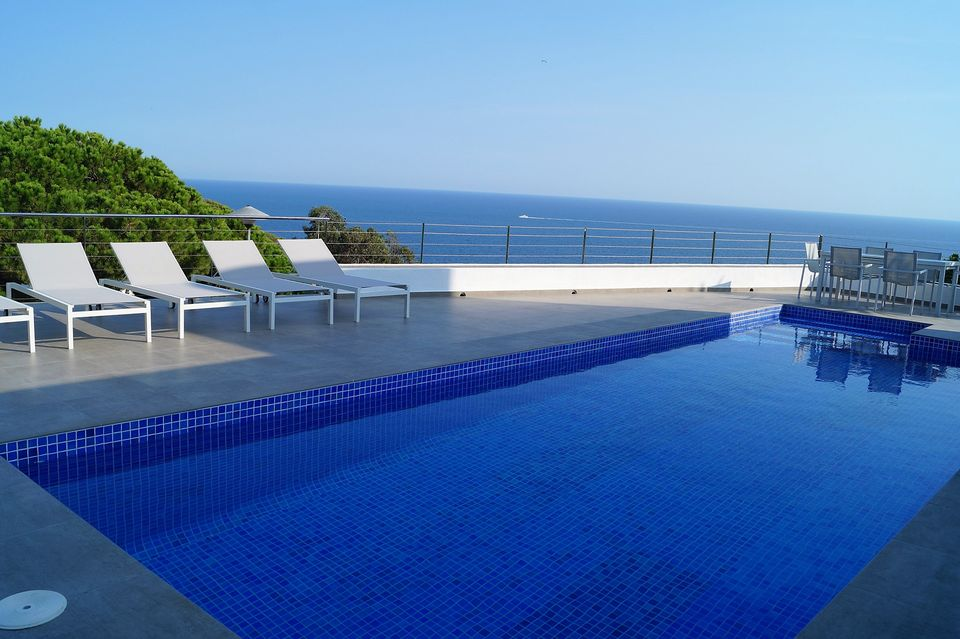 8a22bc7d4c52c Casa con hermosa vista al mar y piscina privada en alquiler en Cala  Canyelles.