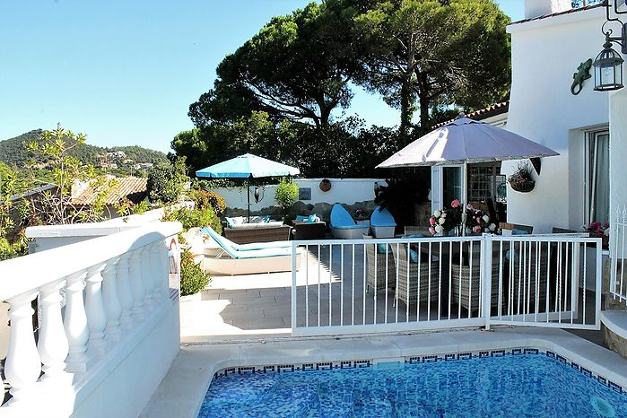 House with pool for rent within walking distance of the Canyelles beach