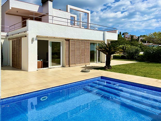 Villa with excellent garden and private swimming pool area for rent in Cala Canyelles.